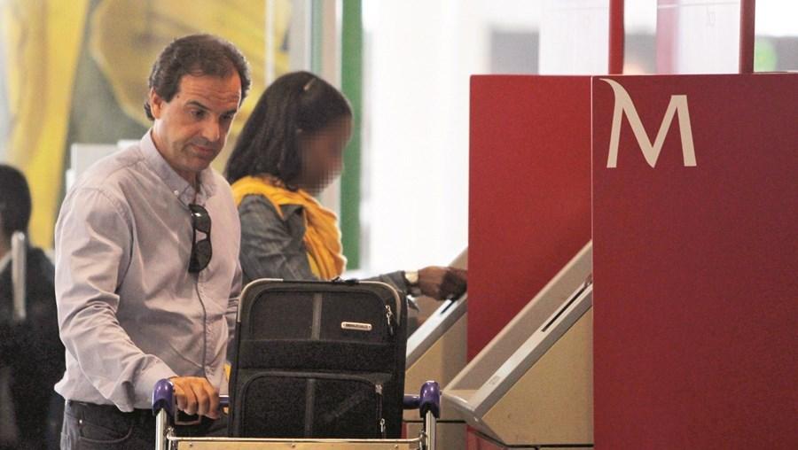 João Marcelino Rodrigues fotografado em 2012 no aeroporto, de regresso de uma viagem ao Brasil