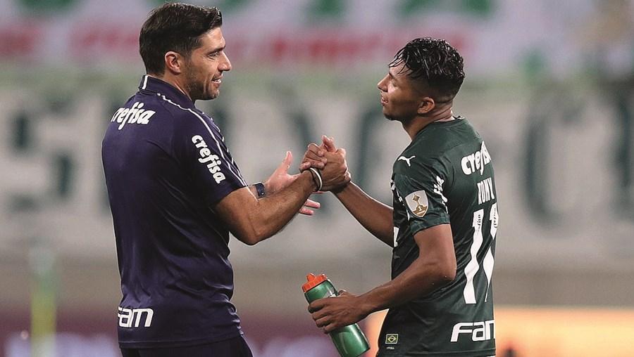 """Abel Ferreira, aqui a cumprimentar Pupilo Rony, diz que esta foi uma das """"melhores derrotas"""" que teve na carreira, tal como o Palmeiras"""