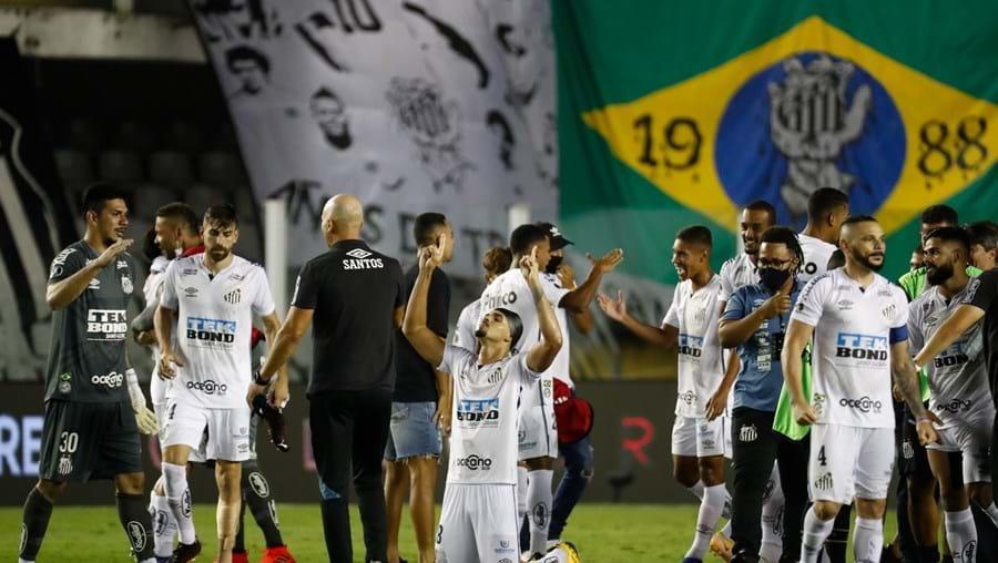 Equipa de futebol Santos vence Boca Junior