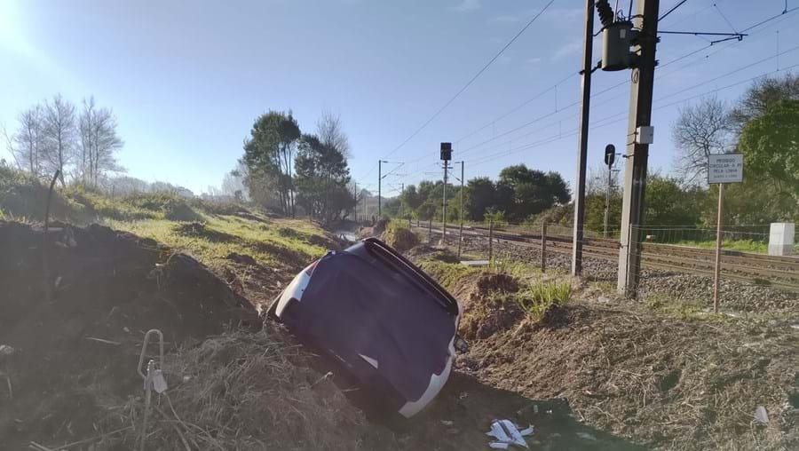 Condutor despista-se devido à formação de gelo na estrada, em Espinho