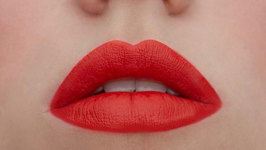 Lábios pintados com batom vermelho
