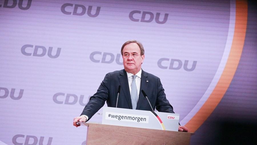 Centrista ganha vantagem na corrida à sucessão de Angela Merkel na chefia do governo