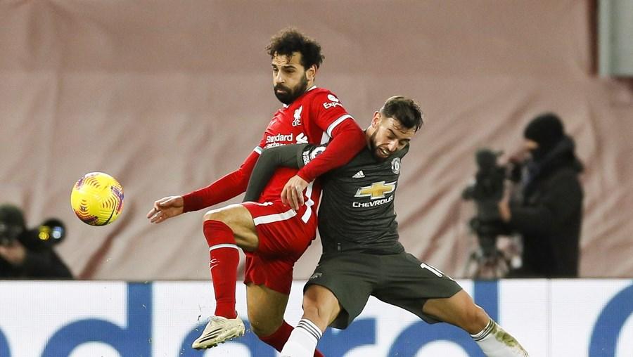 Salah e Bruno Fernandes em intensa luta no jogo de Liverpool