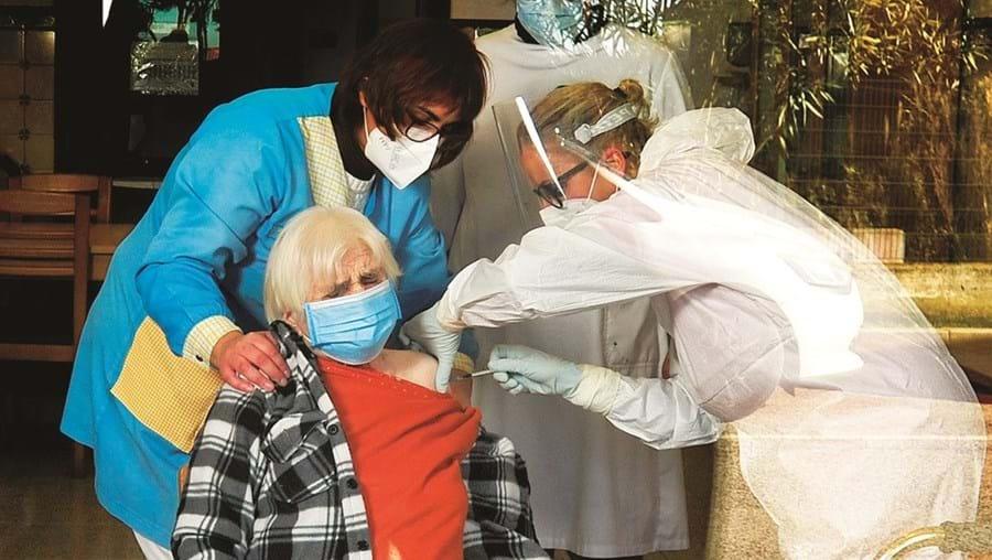 Vacinação de utentes e funcionários de lares sem surtos termina no final da próxima semana