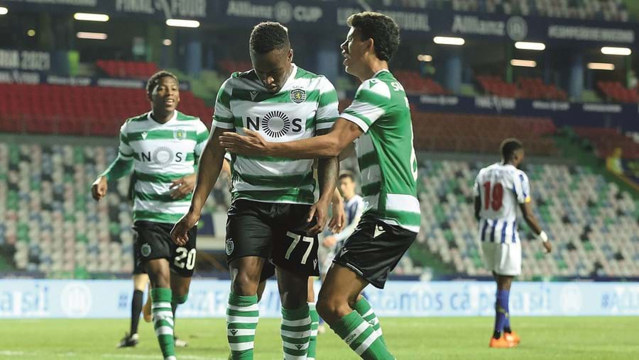 Jovane, de cabeça baixa, autor dos dois golos dos leões frente ao FC Porto, é felicitado por Matheus Nunes