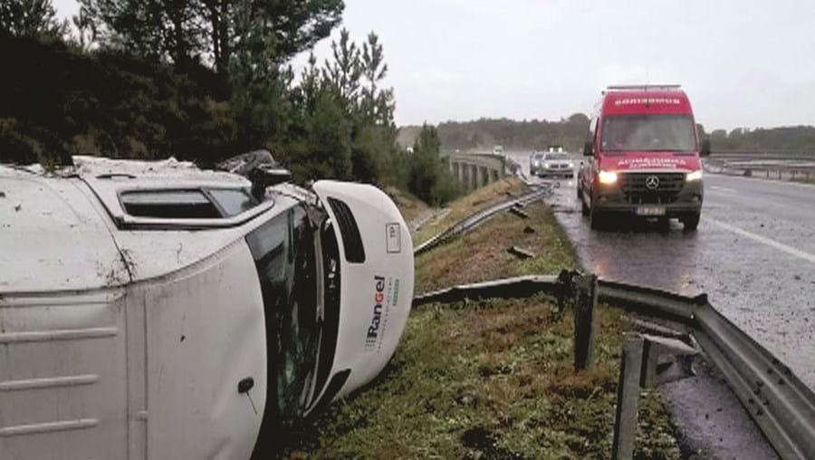 Condutor da carrinha foi assistido pelos Bombeiros de Águas de Moura