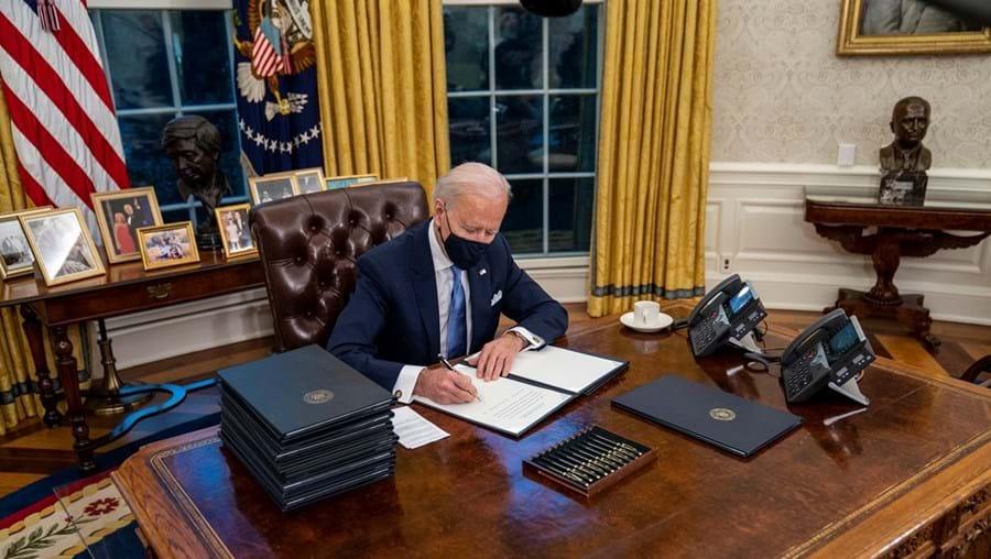 Biden assinou já duas dezenas de ordens executivas que visam reverter ou corrigir decisões da administração Trump em temas como a imigração e o clima