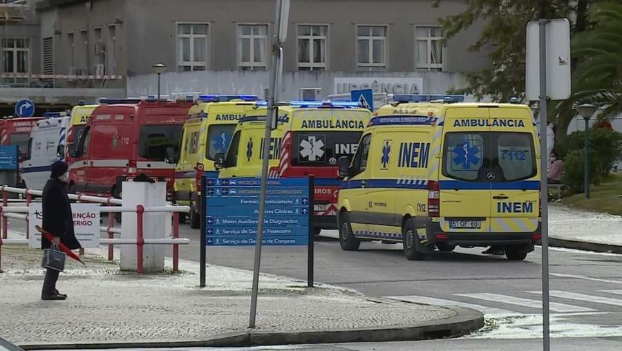 15 ambulâncias paradas à porta do Hospital de Santa Maria em Lisboa há mais de três horas
