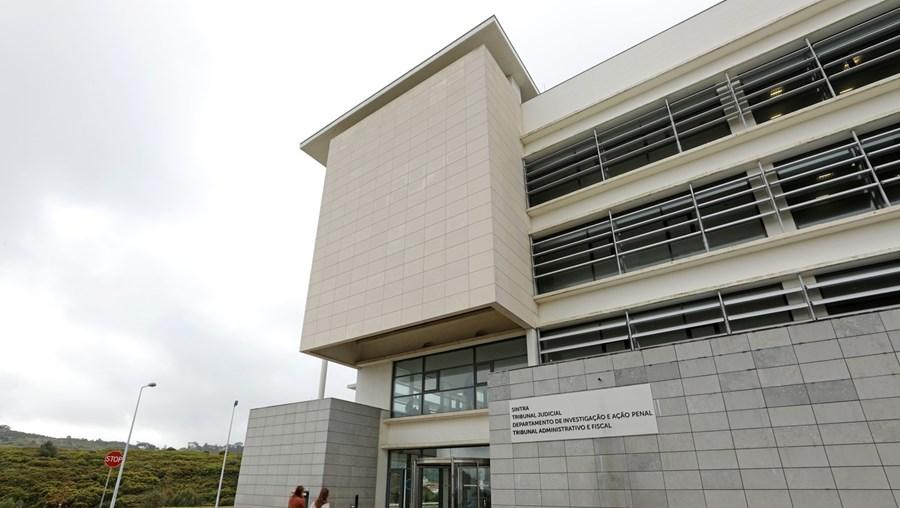 Juiz do Tribunal de Sintra mandou os dois assaltantes, de 18 e 20 anos, para a cadeia pelo roubo e agressão