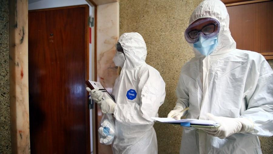 Equipas técnicas com profissionais de saúde acompanham em casa alguns doentes infetados com Covid-19. Subsídio de doença paga salário a 100%