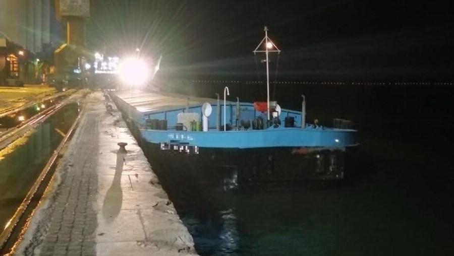 Batelão envolvido na colisão com um catamarã conseguiu atracar no Poço do Bispo, onde será avaliado