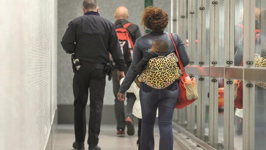 Mulheres entram pelo aeroporto, onde são intercetadas, e acabam por requerer asilo em Portugal. Fogem enquanto aguardam a decisão