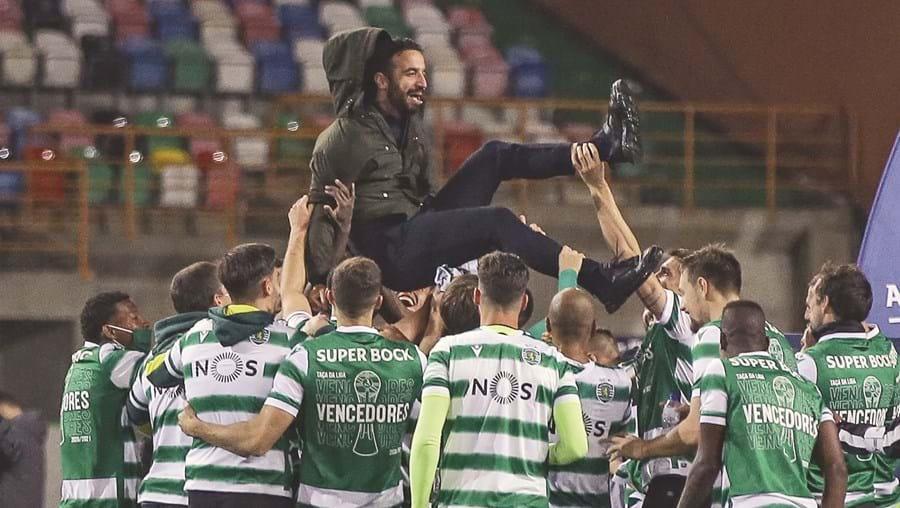 Rúben Amorim é atirado ao ar pelos seus jogadores nos festejos pela conquista da Taça da Liga