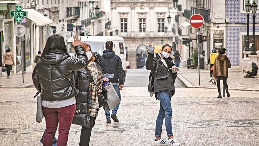 Pandemia levou à comercialização de vários tipos de máscaras, mas nem todas oferecem o mesmo grau de proteção. Uso é obrigatório na via pública