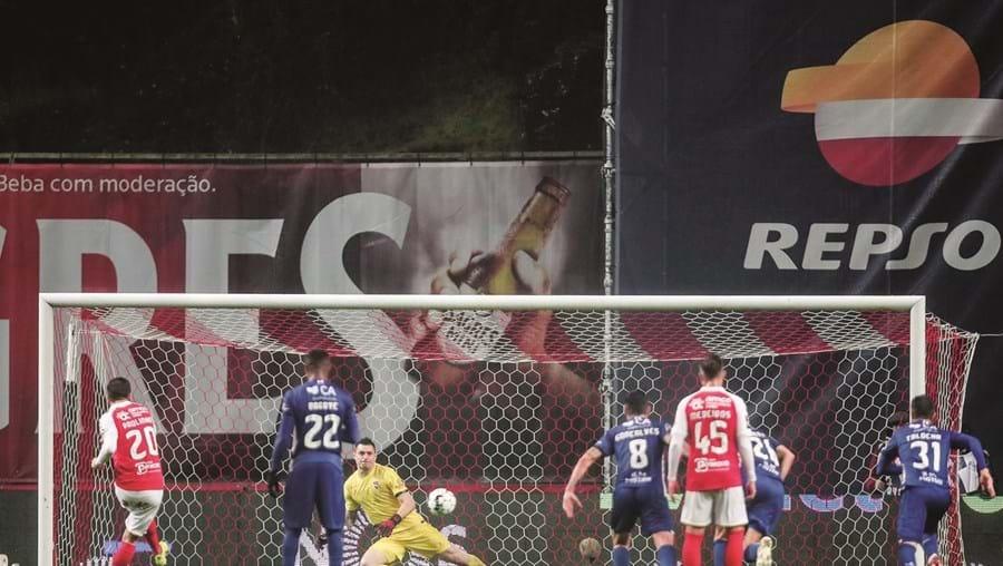 Paulinho falhou penálti mas redimiu-se com passe para o golo que valeu a vitória.