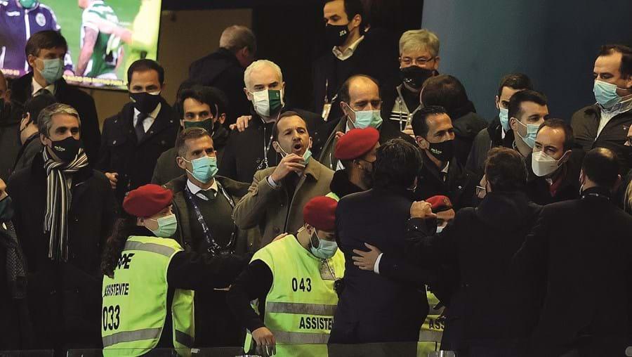 Frederico Varandas (a agarrar na máscara) volta a ser criticado pela direção de António Salvador (com máscara branca)