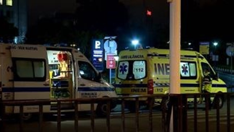 Sem comida e apoio, 30 ambulâncias fazem fila à porta do hospital Santa Maria com doentes Covid