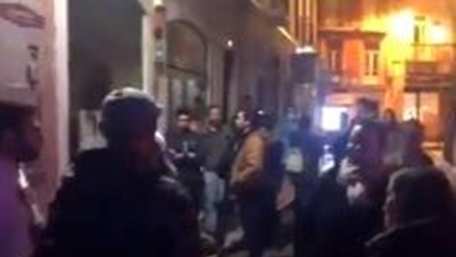 Dezenas de pessoas sem máscara em restaurante de Lisboa que recusou fechar