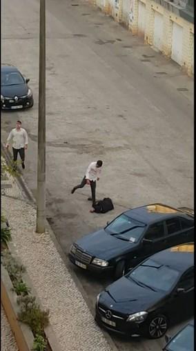 Vítima foi pontapeada várias vezes na cabeça quando se encontrava caída no chão pelos dois irmãos, de 29 e 31 anos, que se puseram em fuga