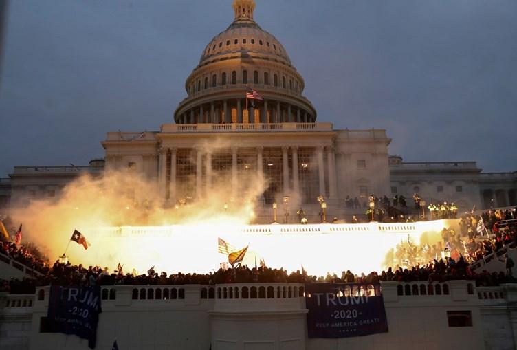 Explosão causada por uma munição da polícia, que tentava controlar os apoiantes de Donald Trump, que invadiram o Capitólio