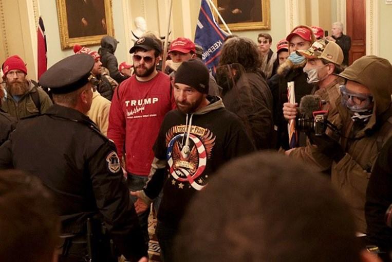 Apoiantes de Trump invadem Capitólio