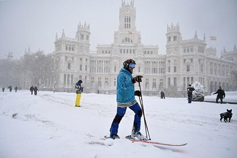 Tempestade de neve paralisa Espanha