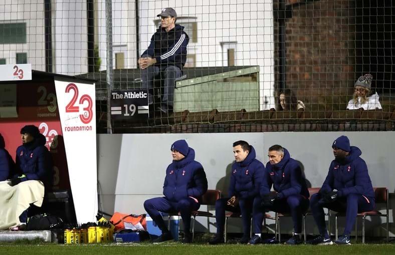 José Mourinho viu o jogo numa cadeira (o banco de suplentes é pequeno)