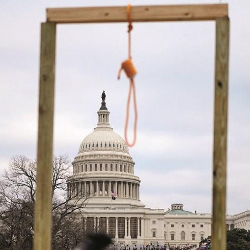 Patíbulo improvisado foi montado pelos manifestantes perto do Capitólio, num sinal das intenções homicidas dos invasores do Congresso
