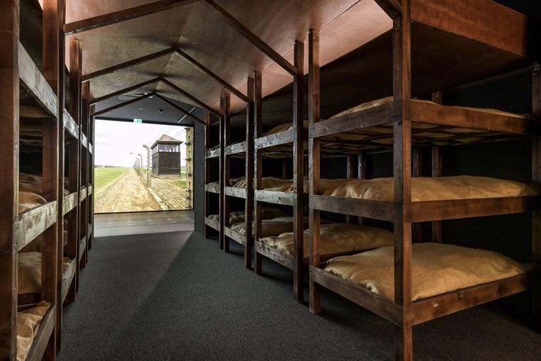 Os visitantes podem ver também a recriação dos dormitórios de Auschwitz