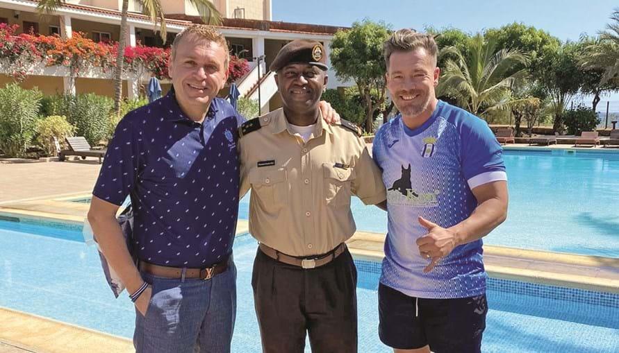 O empresário português César de Paço (esq.) esteve com Fernando Madureira, chefe da claque do FC Porto, Super Dragões, em Cabo Verde