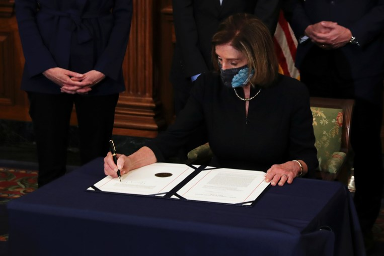 Nancy Pelosi assina segundo 'impeachment' de Donald Trump