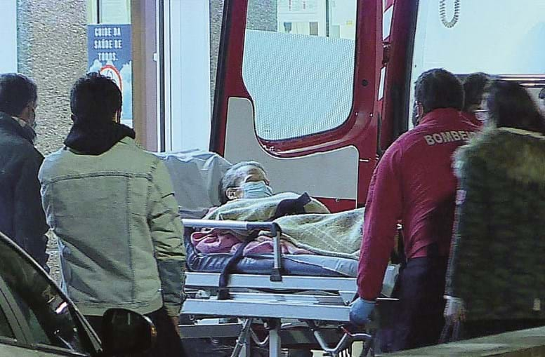Celeste Silva a chegar às Urgências do hospital, após ter alta