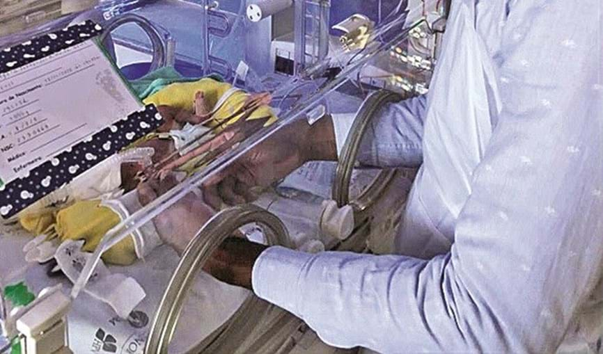 Primeiros contactos com o filho numa incubadora