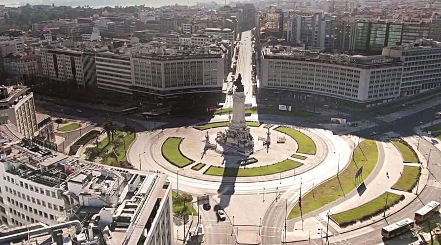 Lisboa. A rotunda do Marquês de Pombal sem trânsito a meio da tarde. um exemplo que se repetiu pelo país fora