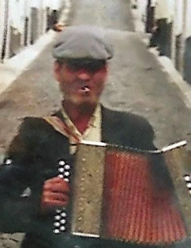 Manuel Lopes, de  81 anos, tinha por hábito  tocar acordeão nas ruas de Reguengos de Monsaraz, conseguindo assim algum dinheiro