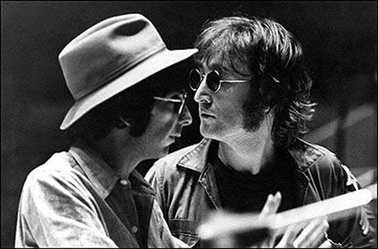 1 Phil Spector em julgamento, no qual sobressaía o visual invulgar e a farta cabeleira 2 Músico trabalhou com The Beatles (aqui ao lado de John Lennon) e produziu álbum 'Let it Be'