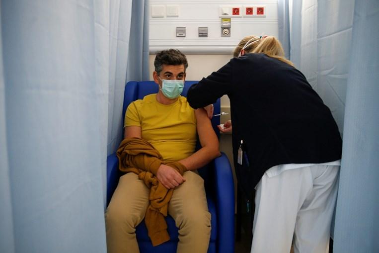 Profissionais de saúde do Hospital de São José recebem segunda dose da vacina contra a Covid-19