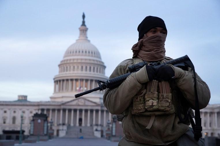 Zona junto ao Capitólio encontra-se blindada por milhares de militares da Guarda Nacional e faz lembrar cenário de guerra
