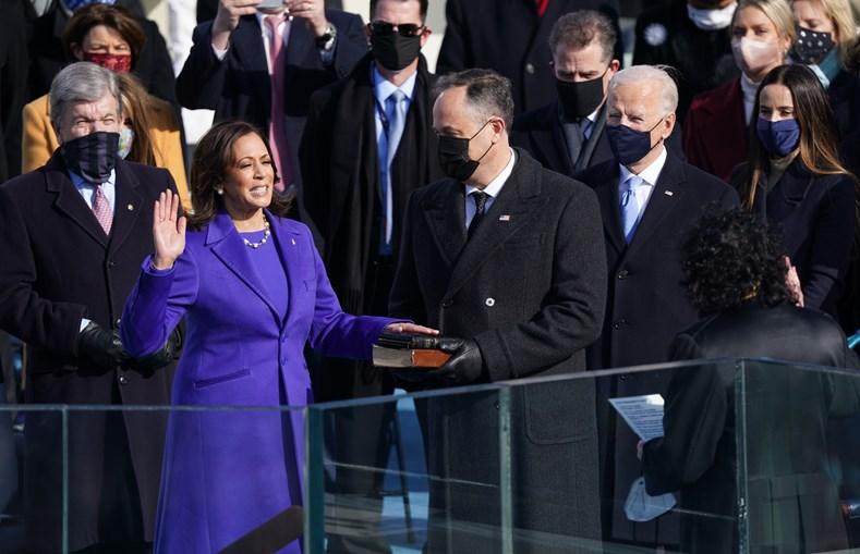 O momento em que a vice-presidente Kamala Harris presta juramento