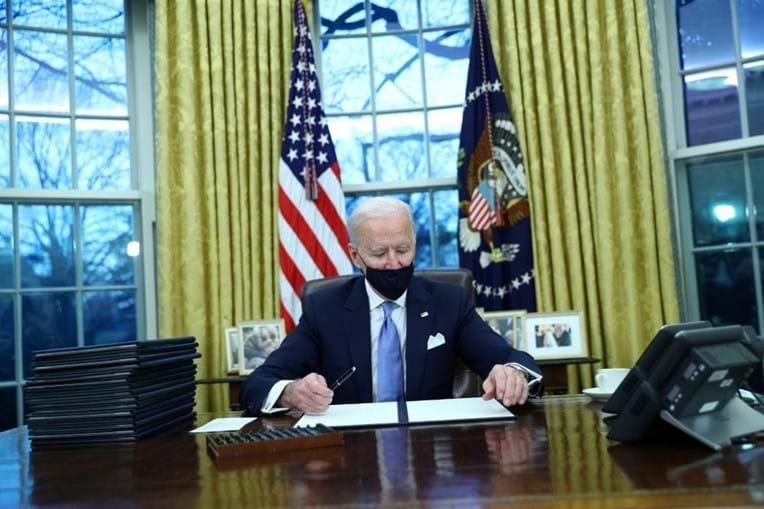 Joe Biden assina primeiras ordens executivas para reverter decisões de Trump