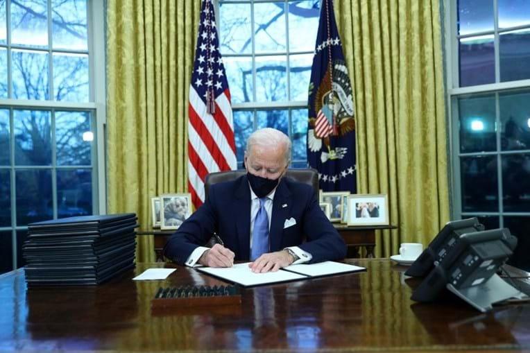 Joe Biden assina as primeiras ordens executivas para reverter decisões de Trump, como a saída do Acordo de Paris