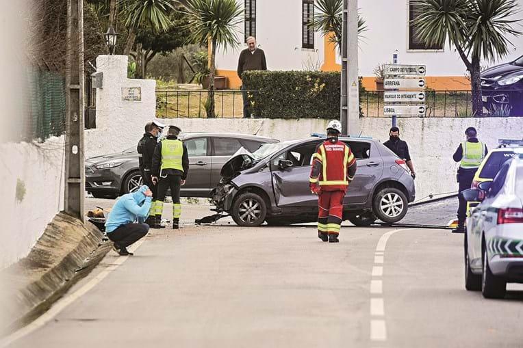 Carro no qual seguiam a mulher e as duas crianças colidiu contra muro