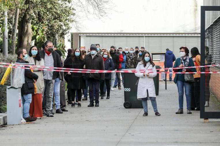 Filas de espera para votar na Escola Secundária António Damásio em Lisboa