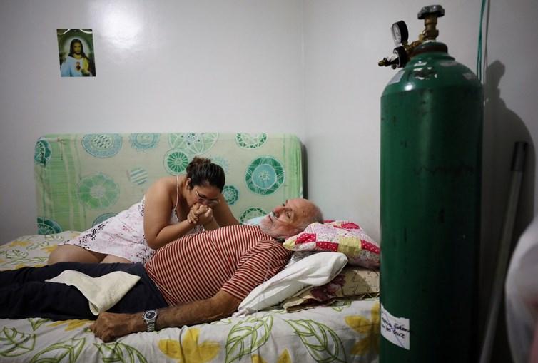 Paciente tratado com oxigénio na sua casa, no Brasil