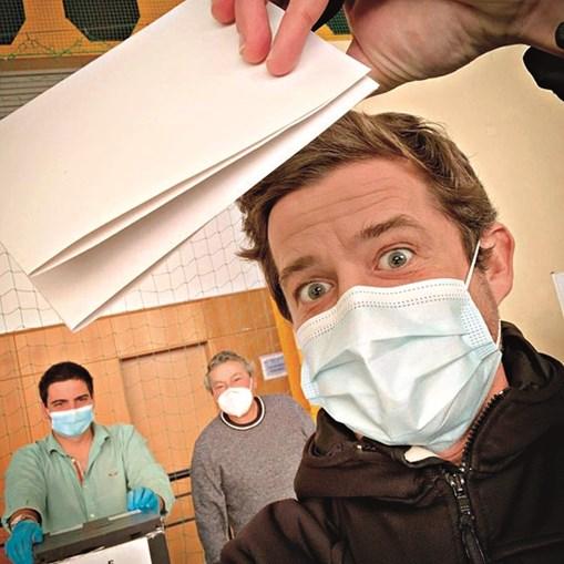 Pedro Granger deixou-se fotografar na mesa de voto e disse aos seguidores para levarem caneta, máscara e desinfetante