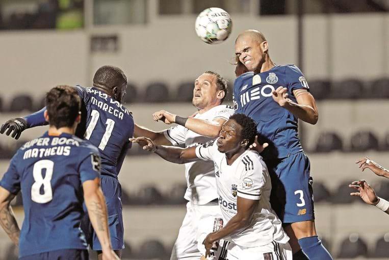 Pepe salta nas costas de Bura e ganha o lance de cabeça perante o aparente olhar de impotência de Stojiljkovic