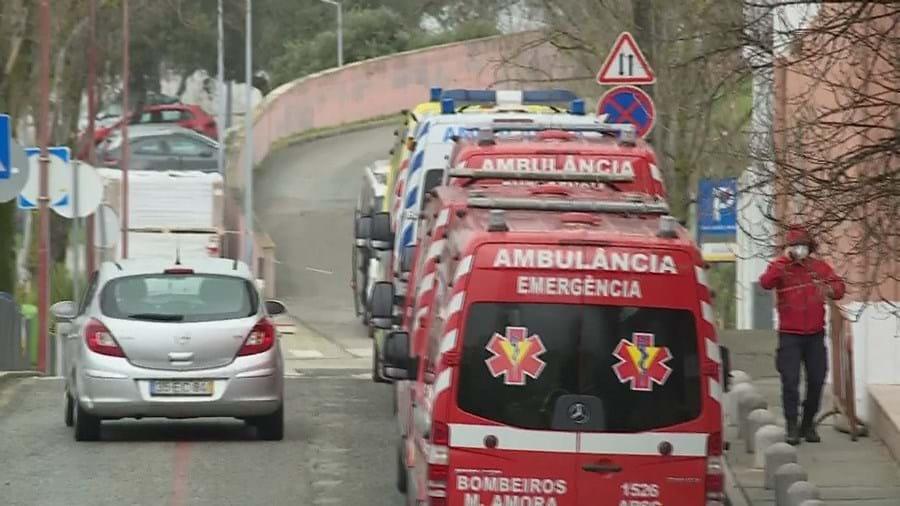 Fila de ambulâncias no Hospital Garcia de Orta