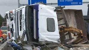 Dois feridos graves em despiste de camião na A1 em Santarém