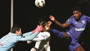 Nanu do FC Porto está consciente mas ainda em observação após choque violento com guarda-redes do Belenenses