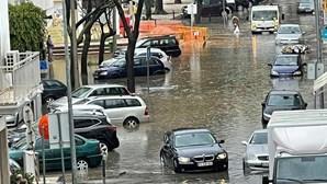 Chuva forte inunda ruas e estacionamento de centro comercial em Faro. Veja as imagens
